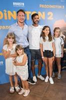 Nicolás Vázquez recibe a Cubero y sus hijas en el pre estreno de la película infantil con mejores críticas a nivel mundial