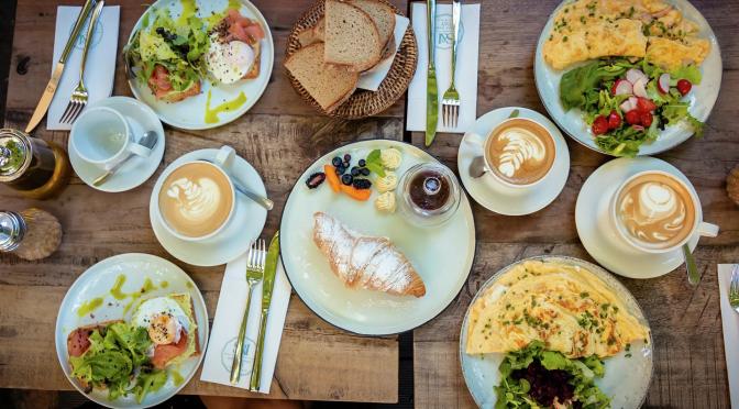¿Qué alimentos debe incluir un desayuno saludable?